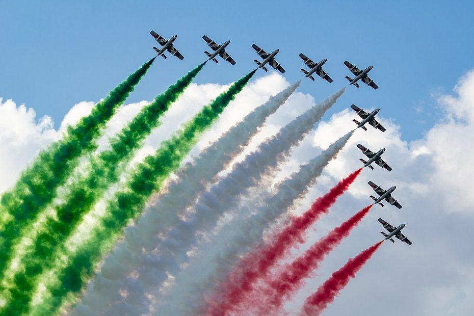 Frecce triclori che creano la bandiera italiana in cielo