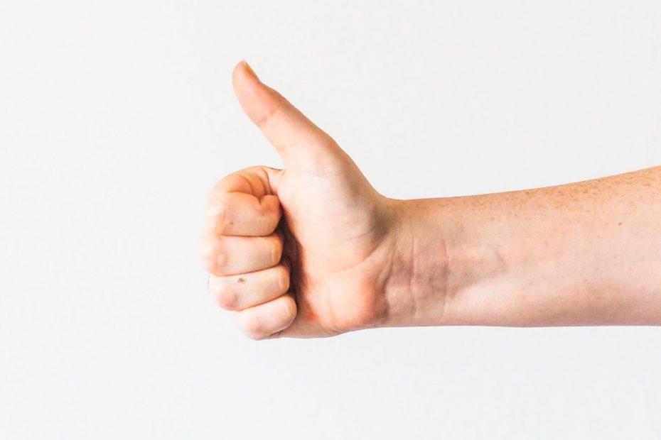 mano con il pollice alzato - hand with a thumb up