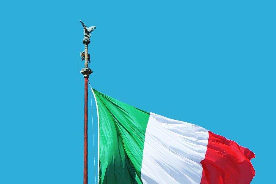 Bandiera Italiana che sventola nel cielo azzurro
