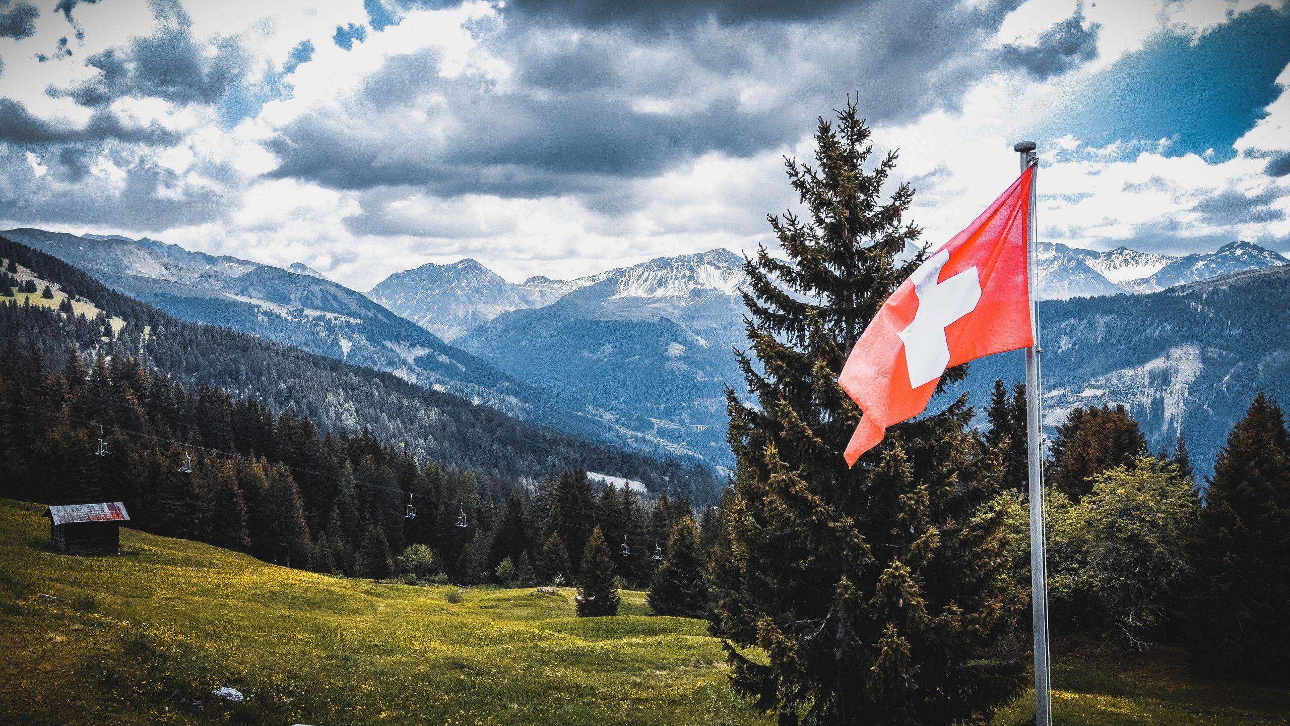 Bandiera svizzera che sventola nel vento