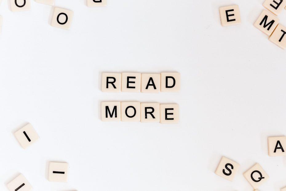 """Tessere dello scarabeo che formano la parola """"Read More"""""""
