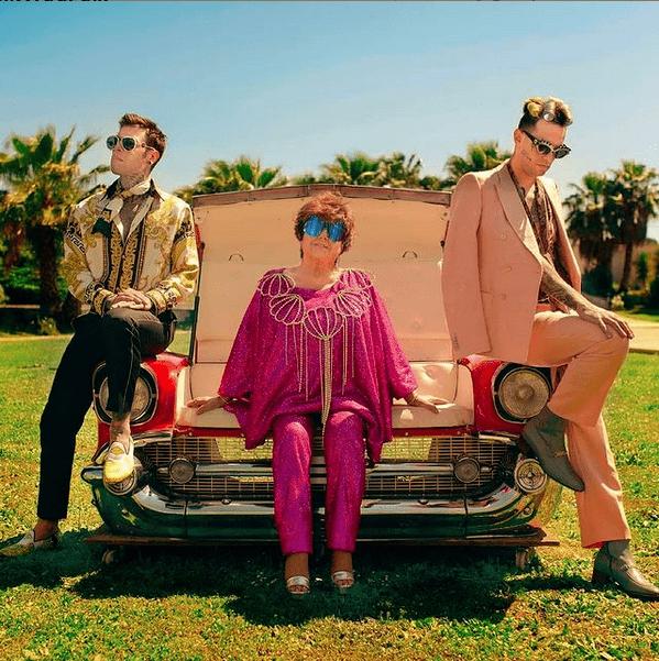 Fedez, Orietta Berti e Achille Lauro seduti su una macchina